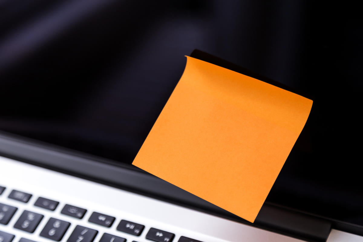aimages.techhive.com_images_article_2017_01_laptop_with_one_sticky_note_100704824_large.