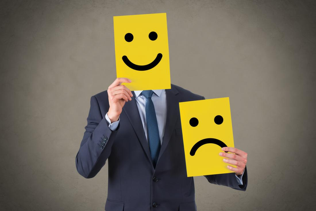 athegioihoinhap.vn_data_uploads_2018_03_a_man_holding_cards_with_happy_and_sad_faces.