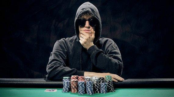 awww.vegasmaster.com_wp_content_uploads_2016_12_gambler_playing_poker.