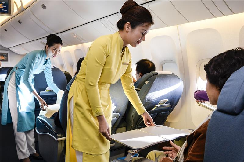 Cac-hanh-khach-tren-chuyen-bay-TRADING-AIRLINES-chu-y-Dung-quen-that-day-an-toan-TraderViet1.